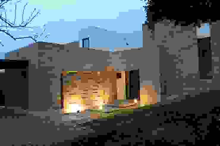 FACHADA ACCESO de IngeniARQ Arquitectura + Ingeniería Moderno Ladrillos
