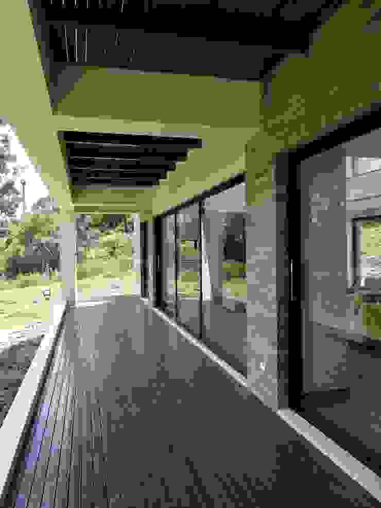 DECK METÁLICO Balcones y terrazas de estilo moderno de IngeniARQ Arquitectura + Ingeniería Moderno Hierro/Acero