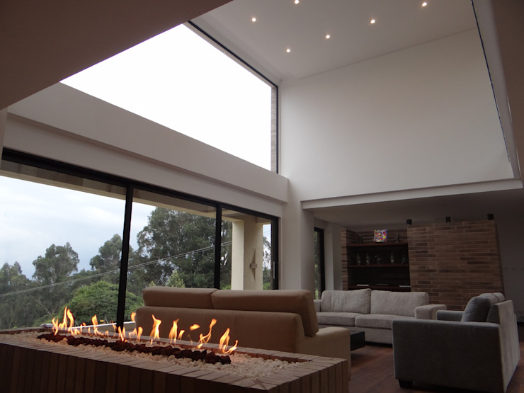 Sala y chimenea de IngeniARQ Arquitectura + Ingeniería Moderno Ladrillos