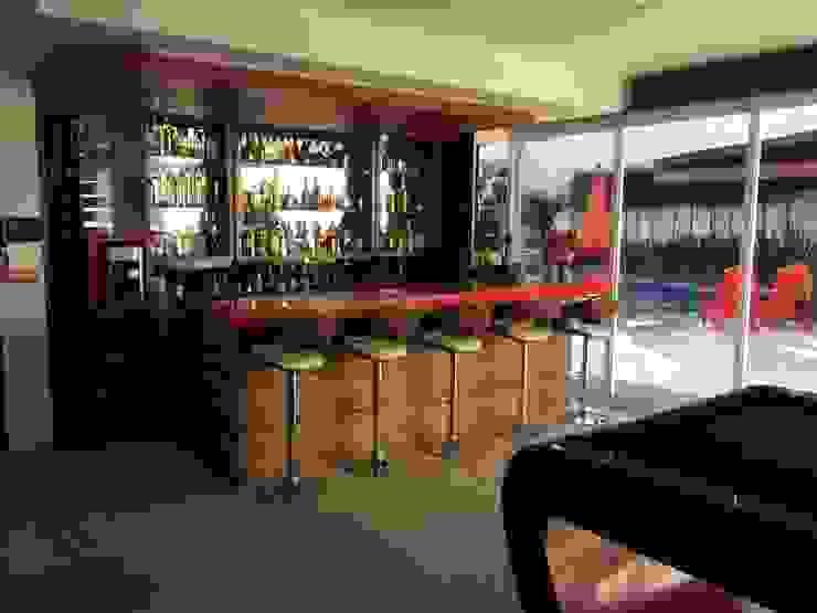 Bar en el Salón de Juegos Bodegas modernas de CESAR MONCADA SALAZAR (L2M ARQUITECTOS S DE RL DE CV) Moderno
