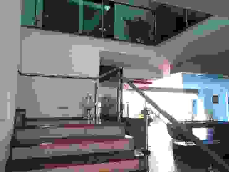 Escalera y Cubo Central de CESAR MONCADA SALAZAR (L2M ARQUITECTOS S DE RL DE CV) Moderno