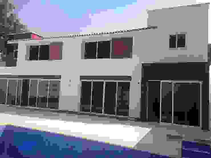 FACHADA POSTERIOR Casas modernas de CESAR MONCADA SALAZAR (L2M ARQUITECTOS S DE RL DE CV) Moderno