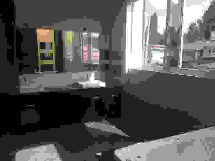Jacuzzi baño central recámara principal Baños modernos de CESAR MONCADA SALAZAR (L2M ARQUITECTOS S DE RL DE CV) Moderno