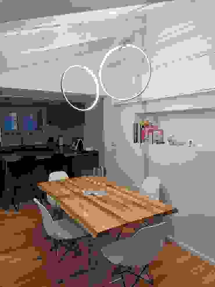 About a young home Sala da pranzo moderna di Laura Marini Architetto Moderno Legno Effetto legno