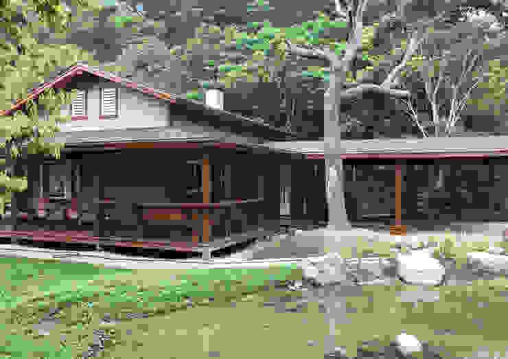 Asian style houses by 居林木構建築|木屋設計|木屋建造|木屋保養|整體規劃設計營建 Asian Wood Wood effect