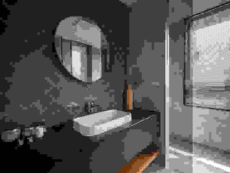 Dr. Wang案 | 浴室 有隅空間規劃所 Industrial style bathroom Tiles Grey