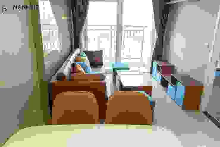 Không gian phòng khách sang trọng với gam nàu nâu gỗ và nâu da bò bởi Công ty TNHH Nội Thất Mạnh Hệ Hiện đại