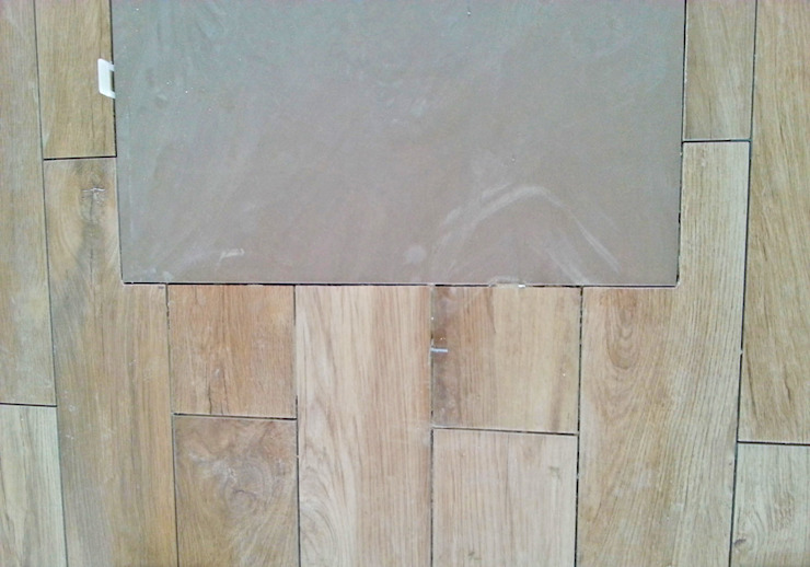 Abbinamento pavimento effetto cemento e legno di antonio felicetti architettura & interior design Moderno Piastrelle