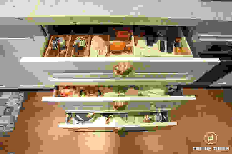 Tủ bếp gỗ sồi tân cổ điển bởi CÔNG TY TNHH TRƯỜNG THẮNG Kinh điển Gỗ Wood effect