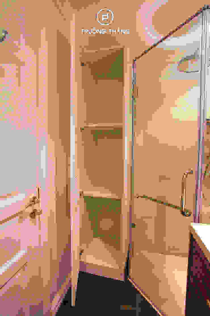 Kệ tủ đựng đồ phòng tắm Phòng tắm phong cách kinh điển bởi CÔNG TY TNHH TRƯỜNG THẮNG Kinh điển MDF