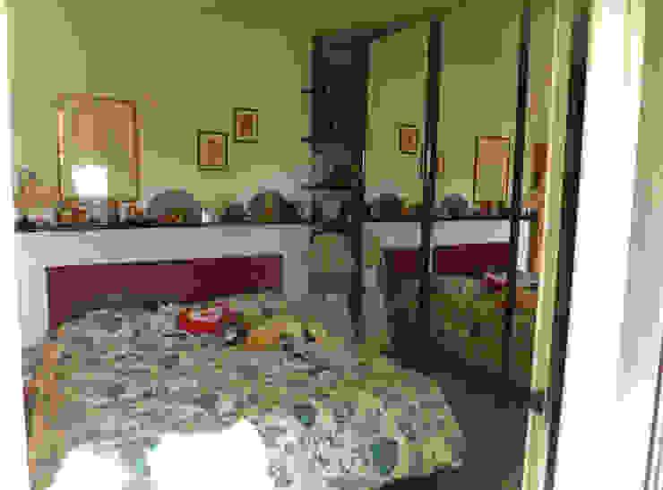 Camera matrimoniale con armadio a specchio e testaletto in cuoio Camera da letto moderna di Arch. Sara Pizzo - Studio 1881 Moderno Legno massello Variopinto