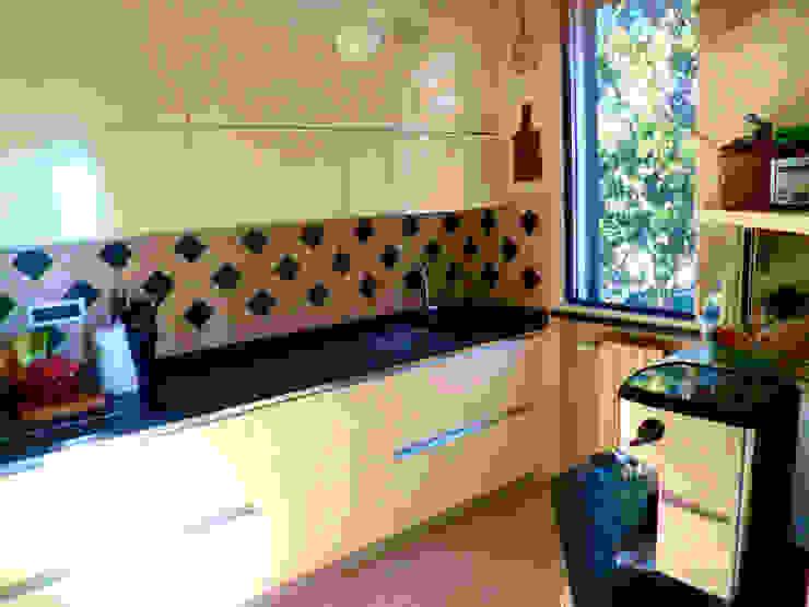 Cucina vintage colore panna con piano di lavoro in marmo nero di Arch. Sara Pizzo - Studio 1881 Moderno MDF
