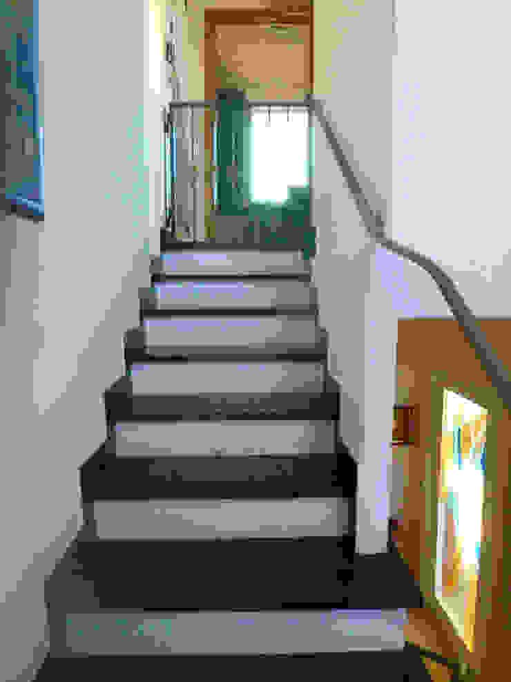 Scale nere in ardesia con corrimano in ferro battuto di Arch. Sara Pizzo - Studio 1881 Moderno Ardesia
