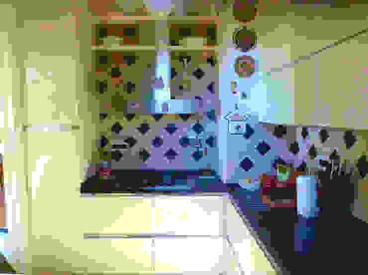Cucina vintage panna con cappa in acciaio di Arch. Sara Pizzo - Studio 1881 Moderno MDF