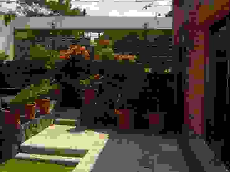 RESIDENCIA JARDINES DEL AJUSCO Jardines rústicos de CESAR MONCADA SALAZAR (L2M ARQUITECTOS S DE RL DE CV) Rústico