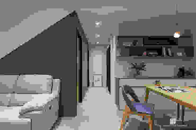 興傳。Z宅 斯堪的納維亞風格的走廊,走廊和樓梯 根據 禾川系統傢俱 北歐風