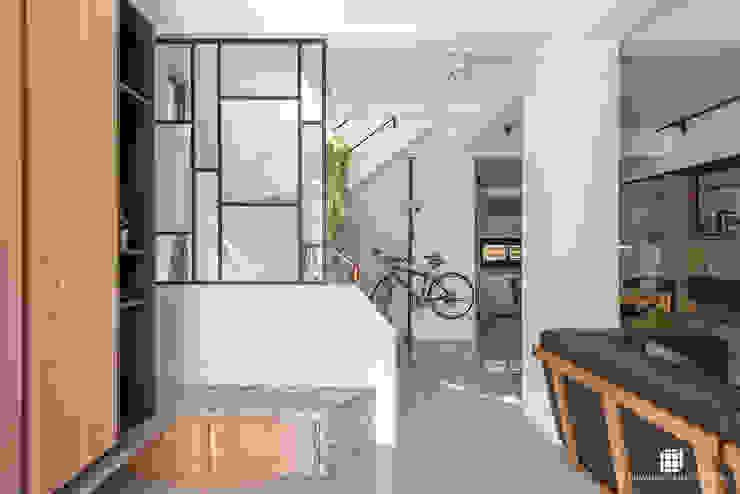平鎮透天。L宅 工業風的玄關、走廊與階梯 根據 禾川系統傢俱 工業風