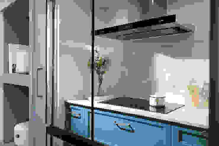 花·見 現代廚房設計點子、靈感&圖片 根據 知域設計 現代風