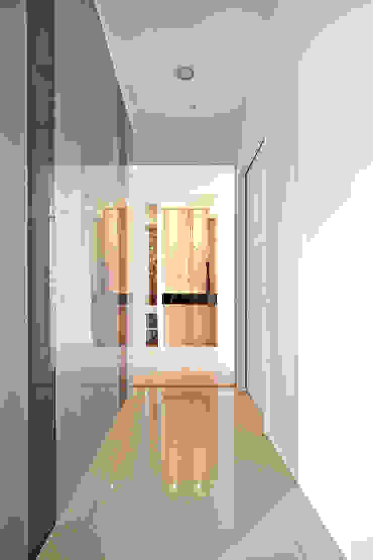 桃園王宅 現代風玄關、走廊與階梯 根據 城隅設計 現代風