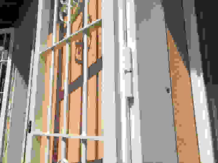 Dettaglio telaio e cerniera inferriata di sicurezza Officine Locati Balcone Ferro / Acciaio Beige