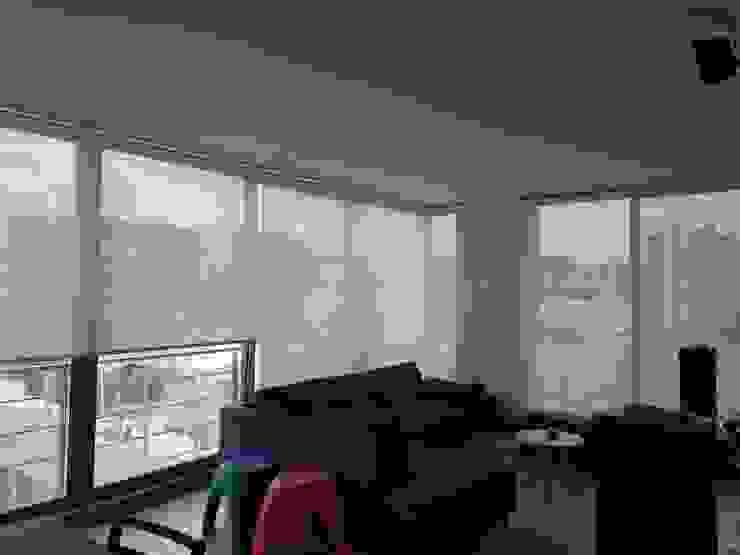 ENROLLABLES SCREEN Salas modernas de CORTINAS & DISEÑOS S.A.S Moderno