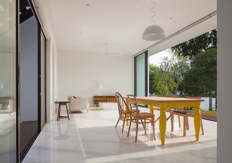 Mandai Courtyard House Modern dining room by Atelier M+A Modern