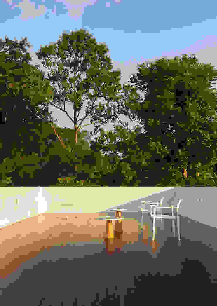 Mandai Courtyard House Modern balcony, veranda & terrace by Atelier M+A Modern