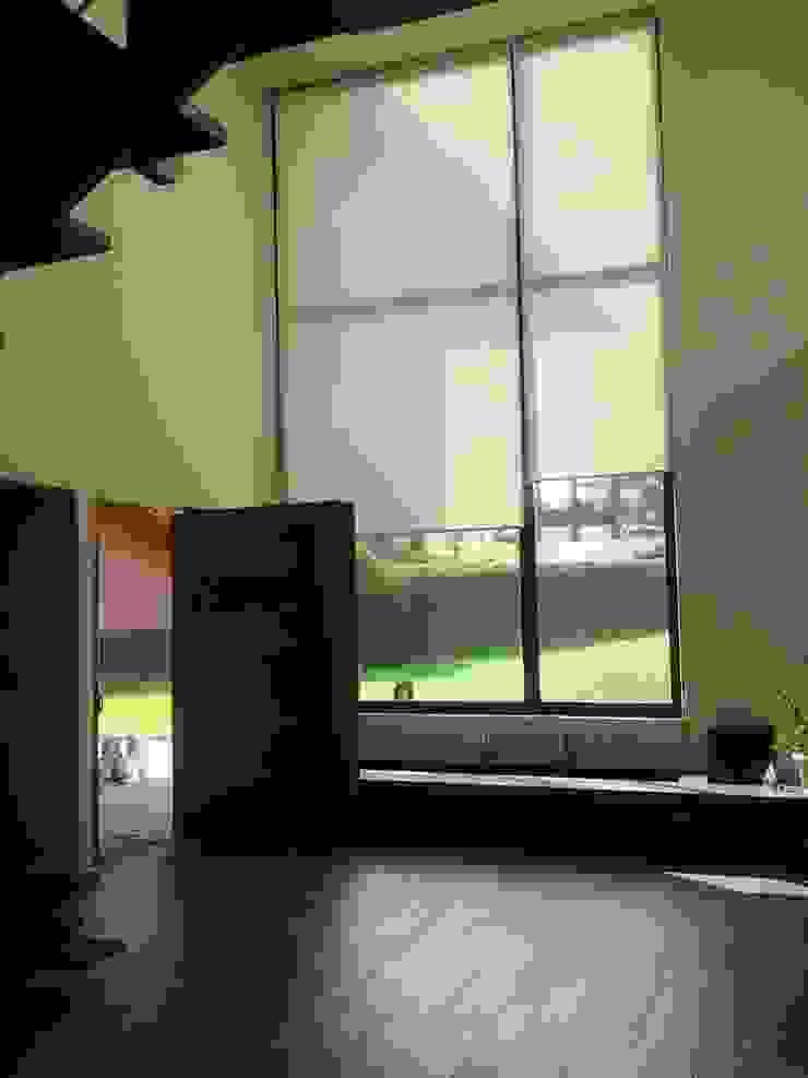 HALL DE ACCESO Salones modernos de CESAR MONCADA SALAZAR (L2M ARQUITECTOS S DE RL DE CV) Moderno