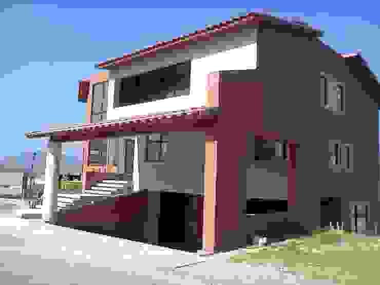 VISTA DEL GARAGE Casas modernas de CESAR MONCADA SALAZAR (L2M ARQUITECTOS S DE RL DE CV) Moderno