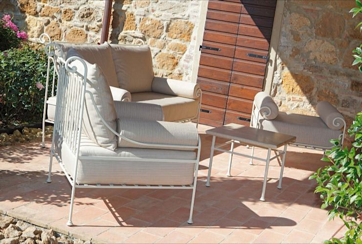 Relaxed by beauty VillaDorica Balcone, Veranda & TerrazzoMobili Ferro / Acciaio Beige