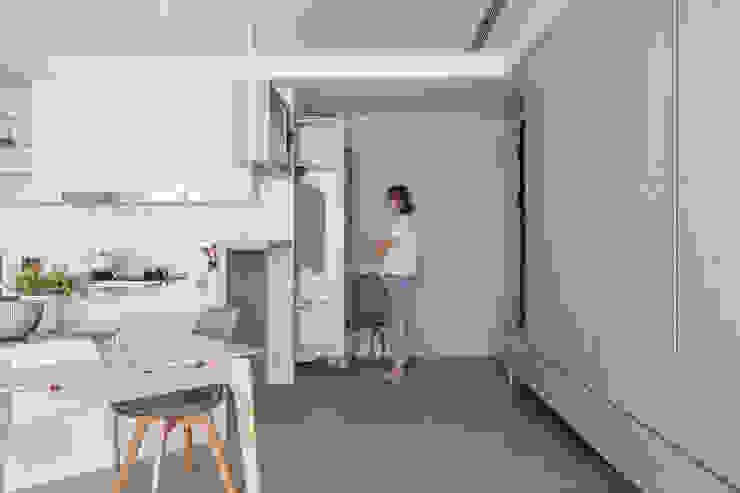 玄關拉櫃 Modern Corridor, Hallway and Staircase by 存果空間設計有限公司 Modern