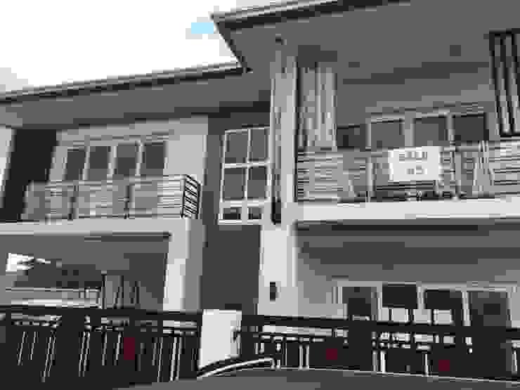 เลคไซด์ คอร์ด 5 พัทยา (Lake Side Court 5 Pattaya) Modern style doors by โรงงาน พัทยา กระจก ยูพีวีซี Pattaya UPVC Windows & Doors Modern Glass