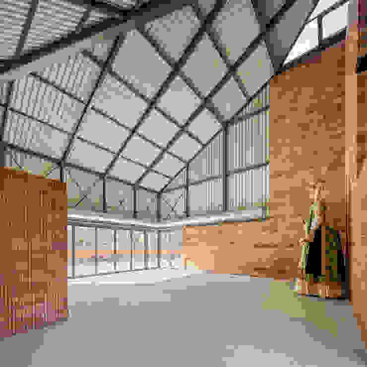 vista interior ESTUDI NAO arquitectura Garajes de estilo industrial Cerámico Metálico/Plateado