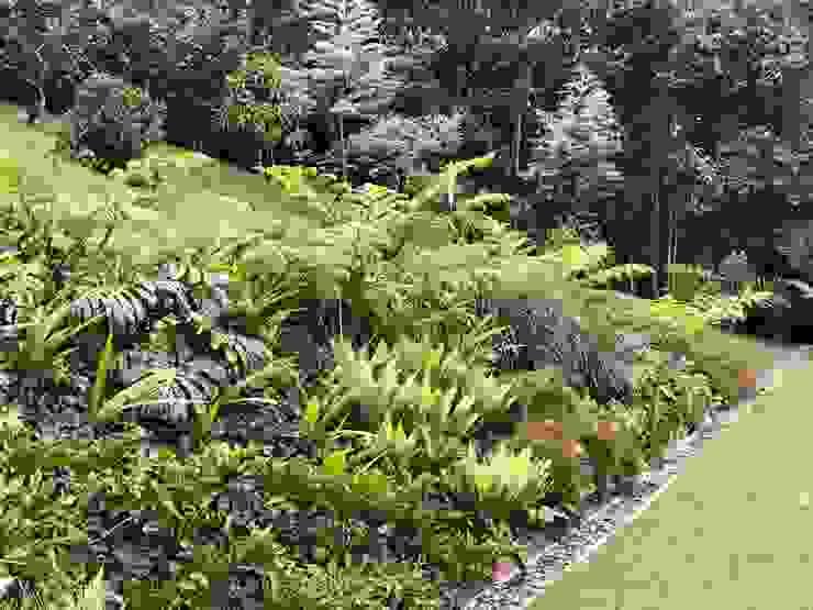 TALUD POSTERIOR_ COBERTURAS DE JARDÍN Jardines de estilo tropical de URRETA Arquitectura del Paisaje Tropical
