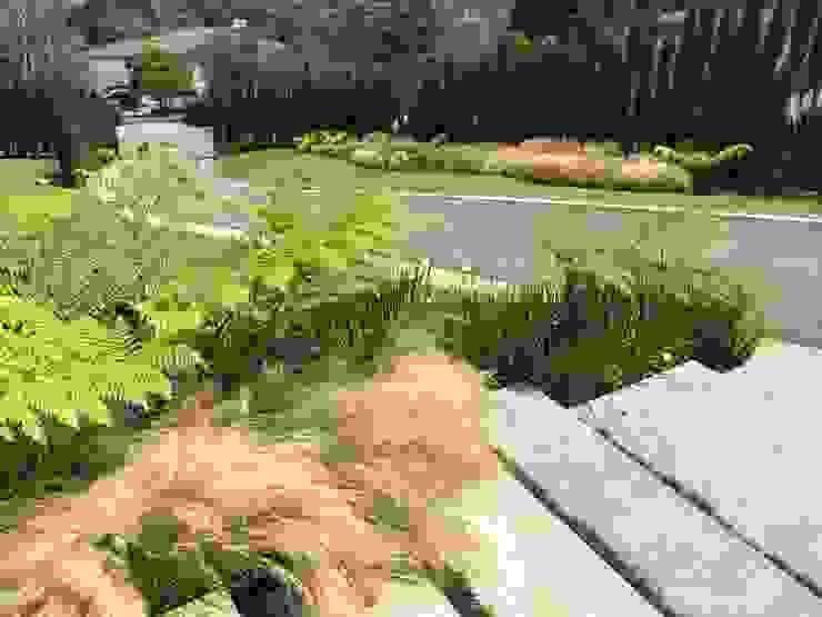JARDÍN ACCESO PEATONAL Y ACCESO VEHICULAR LEJANO Jardines de estilo tropical de URRETA Arquitectura del Paisaje Tropical