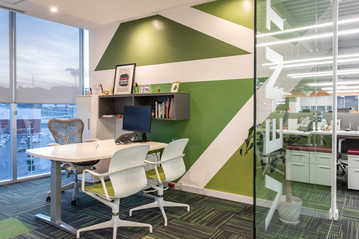 Oficina Gerencial de Soma & Croma Moderno Derivados de madera Transparente