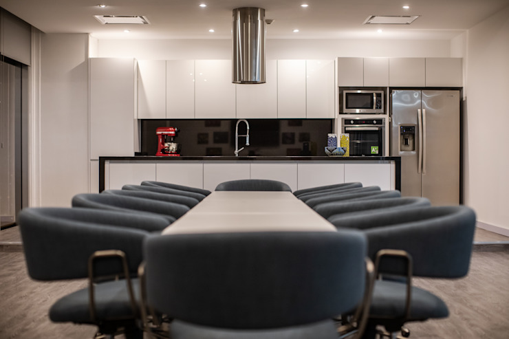 Cocina / Sala de juntas de Soma & Croma Moderno Compuestos de madera y plástico