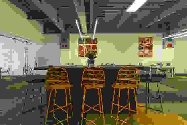 Espacios Públicos de Soma & Croma Moderno Compuestos de madera y plástico