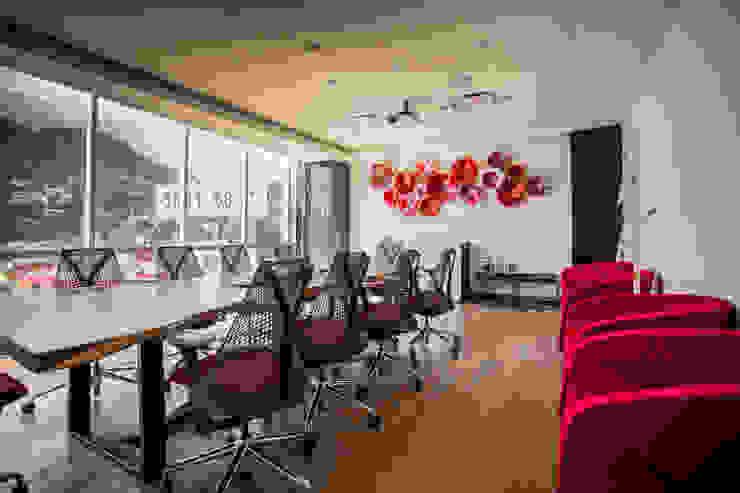 Sala de Videoconferencia Centros de convenciones de estilo moderno de Soma & Croma Moderno Madera maciza Multicolor