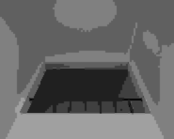 Minimalist corridor, hallway & stairs by goodmood - Soluções de Habitação Minimalist