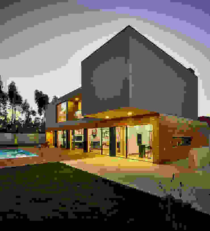 CM House Atelier d'Arquitetura Lopes da Costa Jardines de estilo moderno