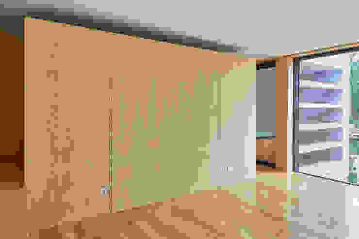 CM House Atelier d'Arquitetura Lopes da Costa Cuartos de estilo moderno