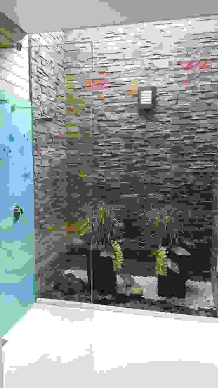 División para baño batiente en vidrio templado de Aluminios CMC Minimalista Vidrio