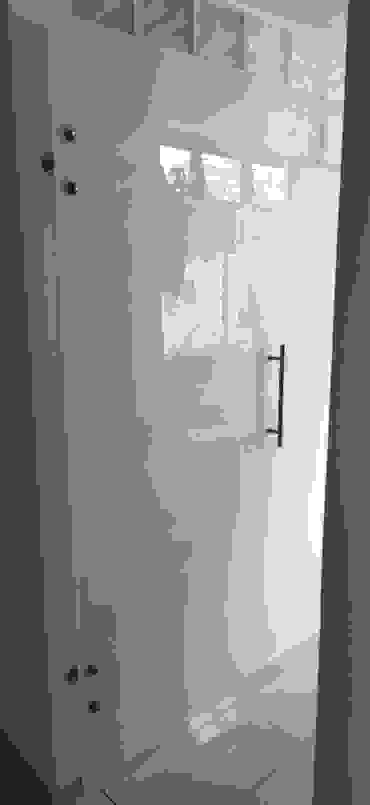 Puerta batiente en vidrio templado de Aluminios CMC Moderno Vidrio