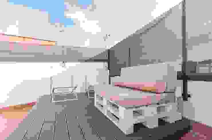 Terraza Renova-T Balcones y terrazas de estilo moderno Madera Blanco