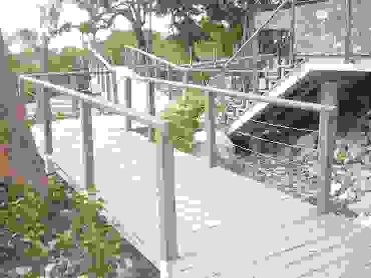 Andador hecho con tablas de madera plástica Tek Products Monterrey Jardines en la fachada Plástico