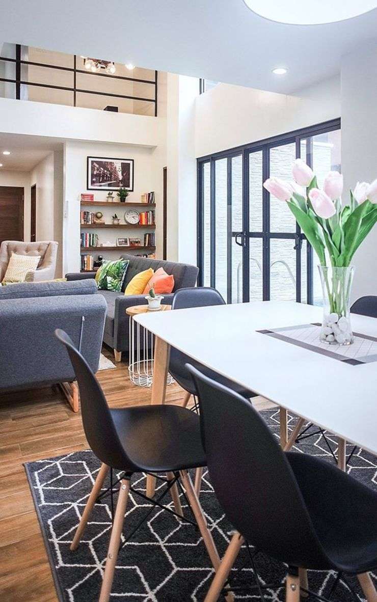The fluid, open plan concept with the living and dining spaces Scandinavian style dining room by JAAL Builders Scandinavian