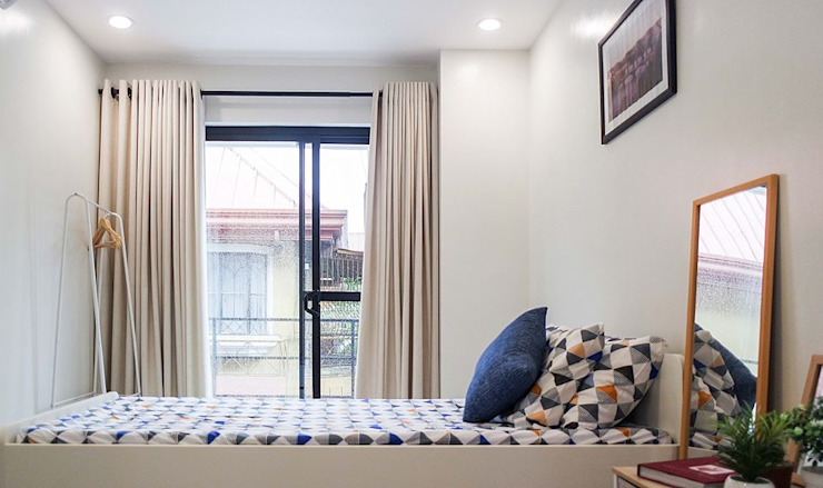 A simple, minimally furnished and dressed up common bedroom JAAL Builders Small bedroom