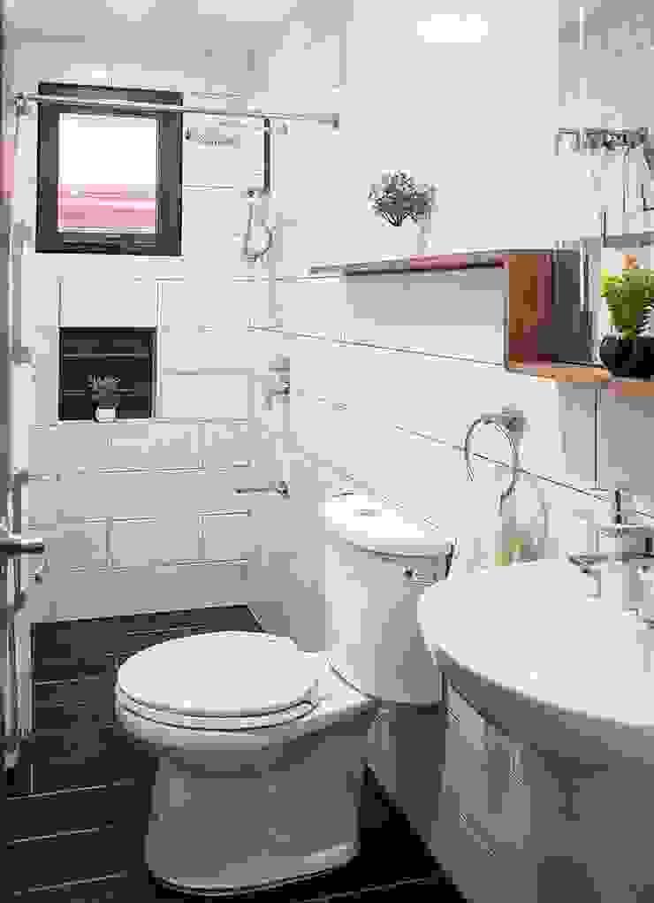 Simple and functional common toilet and bath Scandinavian style bathroom by JAAL Builders Scandinavian