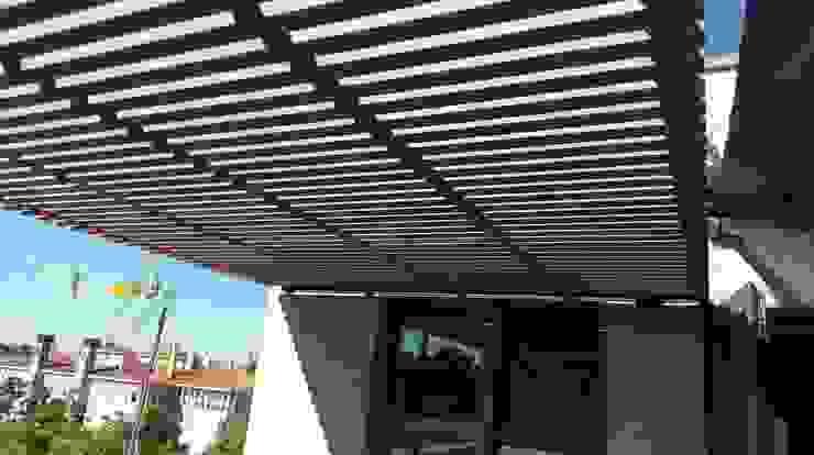 DETALLE PERGOLA DISEÑO Balcones y terrazas de estilo moderno de Jardín con Clase Moderno